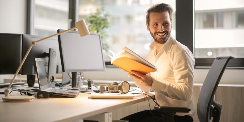 Höhenverstellbarer Schreibtisch – so kann der Steh-Sitz-Tisch helfen Rückenproblemen vorzubeugen