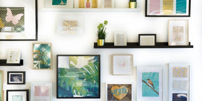 Arbeiten im Büro mit schönen Bildern und den passenden Bilderrahmen