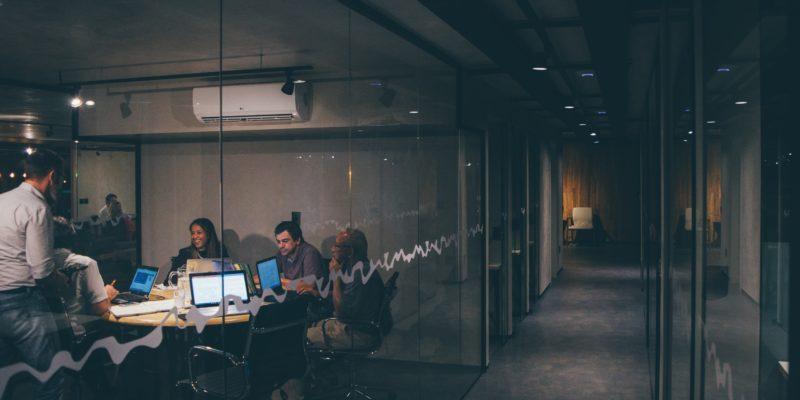 Im Vergleich: Start-up gegen Traditionsunternehmen